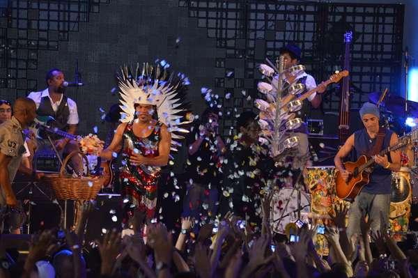O Sarau de Carlinhos Brown, que aconteceu no último domingo (13) em Salvador, na Bahia, contou com presenças ilustres. Além de Ludmillah Anjos, que participou do programa 'The Voice', do qual Brown foi jurado, esteve presente também Ellen Oléria, que venceu o reality show. Outra presença ilustre foi a da cantora Marisa Monte