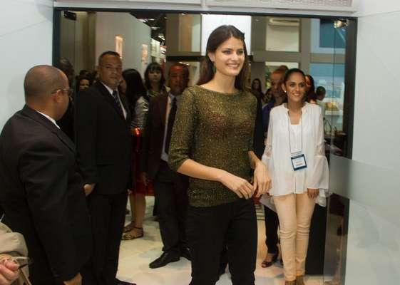 Isabeli Fontana foi mais uma das celebridades a prestigiar a Feira Internacional de Calçados, Artigos de Couro e Acessórios de Moda, a Couromoda, nesta terça-feira (15)