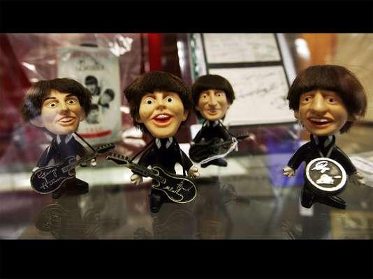 The Beatles, agrupación que influyó de manera trascendental en las manifestaciones de la música popular durante la segunda mitad del siglo XX, es recordada por los fanáticos de todas partes con la creación de clásicos objetos como esta serie de muñecos, en la que se observa a las estrellas George Harrison, Paul McCartney, John Lennon y Ringo Starr.