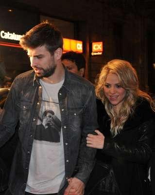 """En la etapa final de su embarazo, Shakira presentó el libro de su padre en Barcelona, titulado """"Al viento y al azar"""", acompañada de su novio y padre de su hijo, Gerard Piqué."""