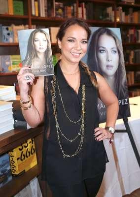 """Adamari López presenta su libro """"Viviendo"""" en una librería de Miami"""