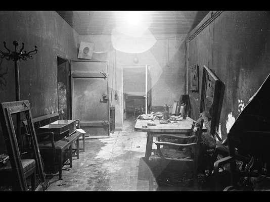 Pouco depois da tomada de Berlim que selou o fim da Segunda Guerra mundial (1938-1945), o repórter fotográfico da revista 'Life' William Vandivert obteve acesso ao bunker secreto em que Adolf Hitler, passou seus últimos dias ao lado de sua mulher, Eva Braun. Agora, novas fotos da visita de Vandivert vêm a público e mostram detalhes do local onde o líder nazista sacou a própria vida enquanto as tropas dos Aliados avançavam sobre o coração do império com o qual sonhara