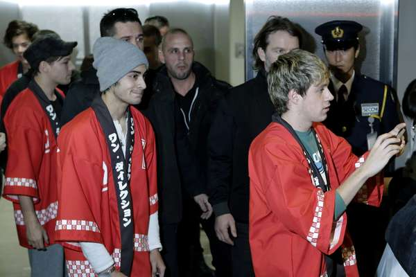 """Los guapos integrantes de la banda británica One Direction, Louis Tomlinson, Zayn Malik, Niall Horan, Liam Payne y Harry Styles, hicieron delirar a miles de jovencitas vistiendo unos abrigos japoneses el 17 de enero de 2013, a su llegada al Aeropuerto Internacional de Narita en Tokio (Japón), como parte de la gira promocional de su último álbum """"Take Me Home""""."""