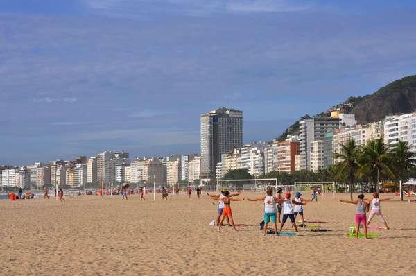 O rico litoral brasileiro oferece uma quantidade incrível de praias para curtir durante o verão, sejam elas urbanas ou escondidas no meio da natureza. O Terra selecionou 30 praias do Brasil para relaxar durante os meses mais quentes do ano. Copacabana, RJ: mais mítica das praias cariocas, Copacabana simboliza como poucos lugares a essência do Rio de Janeiro. Com 2,6 km de extensão, a praia recebe milhares de locais e turistas durante os dias ensolarados da Cidade Maravilhosa
