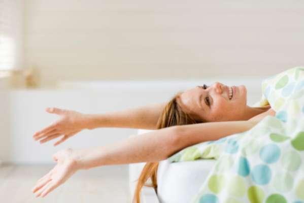 """Positividade pela manhã - O seu primeiro pensamento do dia não pode ser algo como: """"já é sexta-feira?"""". Tente, no lugar disso, pensar: """"esse será um dia maravilhoso""""; """"tenho sorte por estar vivo""""; """"viverei uma experiência incrível"""". Mantenha post-its com essas frases perto da sua cama ou no espelho do banheiro, para que você se lembre de cultivar estes pensamentos positivos."""