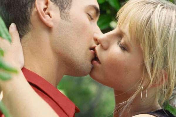 """¿Acaso no te fascina una larga y apasionada sesión de besos? Dar y recibir un beso es una experiencia electrificante. Sin embargo, hay muchas más técnicas que el tradicional """"piquito"""" para disfrutar locamente el arte de besar."""