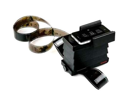 Este gadget tiene una cámara con luz de fondo que permite que el móvil reproduzca digitalmente el negativo analógico.