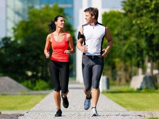 Benéfico para tu acondicionamiento físico, correr exige todavía más esfuerzo del organismo en el verano que cuando baja la temperatura en el invierno.