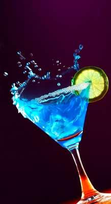 Com 31% de álcool em sua composição, bebida geralmente incolor também é encontrada nas cores azul, vermelho, laranja e verde