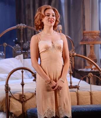 Na última quinta-feira (17), Scarlett Johansson subiu ao palco do Richard Rodgers, em Nova York, para estreia da peça 'Cat on a Hot Tin Roof',de Tennessee Williams. A estrela de Hollywood, que agora se dedica ao teatro, vive Maggie na peça, que trata de temas como verdade e hipocrisia