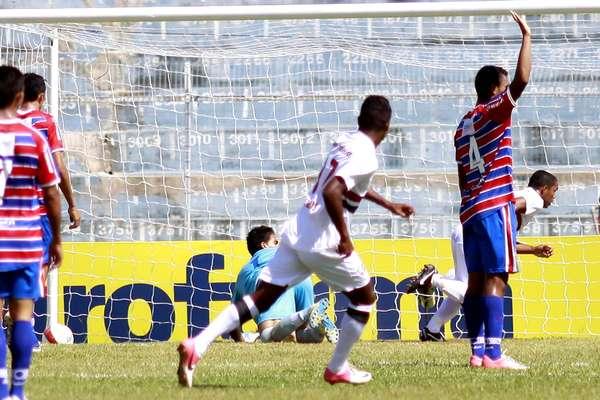 Com dois gols no começo do jogo, São Paulo venceu Fortaleza por 4 a 0 e passou às quartas de final