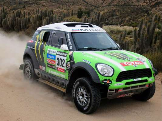 Frenchmen Stephane Peterhansel and Cyril Despres have defended their car and motorbike titles in the Dakar Rally.