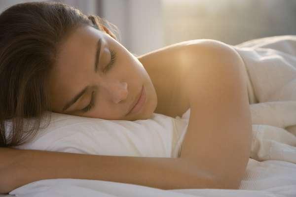 O site Huffington Post selecionou 5 dicas fáceis que ajudarão a manter a pele bonita por mais tempo. Confira:Dormir reduz o nível de cortisol, um hormônio ligado ao estresse, que envelehce a pele e causa acne.