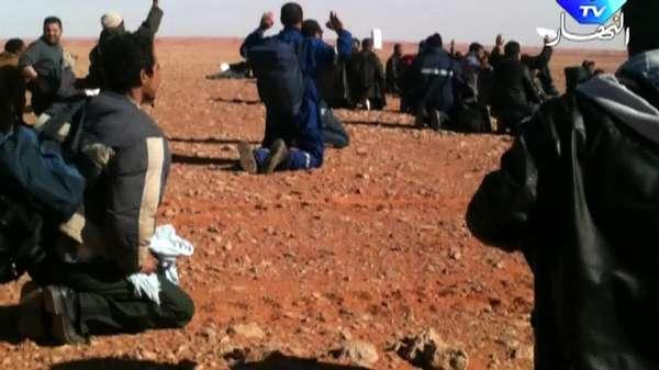 Uma TV local divulgou imagens do que seria o campo de exploração de gás onde foram mantidos reféns por quase quatro dias na Argélia. Nas imagens, é possível ver homens com as mãos para cima, aparentemente sinalizando que não estão armados