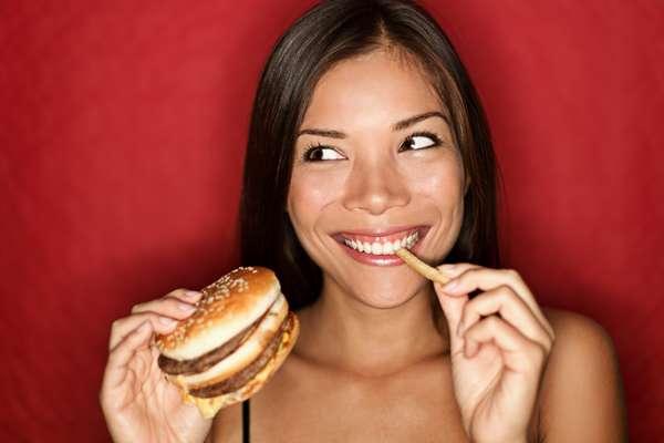 """Descartando qualquer doença ou problemas de saúde, algumas estratégias podem ajudar a engordar de forma saudável, efetiva e a longo prazo. O site Huffington Post citou algumas delas. Por exemplo, """"Não caia na armadilha de comer pilhas de sorvete, hambúrgueres e doces"""", disse ao site a doutora Cynthia Sass. """"Os nutrientes dos alimentos que você come são a matéria-prima que seu corpo terá para construir as suas novas células."""""""