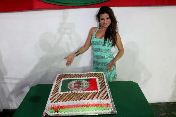 Laryssa Dias, a Waleska de 'Salve Jorge', comemorou seu aniversário na quadra da Grande Rio, na noite deste sábado (18). Mônica Carvalho e a Mulher Melão prestigiaram a comemoração