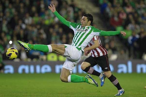 El delantero del Betis, Jorge Molina, intenta rematar en una jugada del encuentro correspondiente a la jornada 20 de primera división, que disputan esta noche frente al Athletic de Bilbao, en el estadio Benito Villamarín de Sevilla