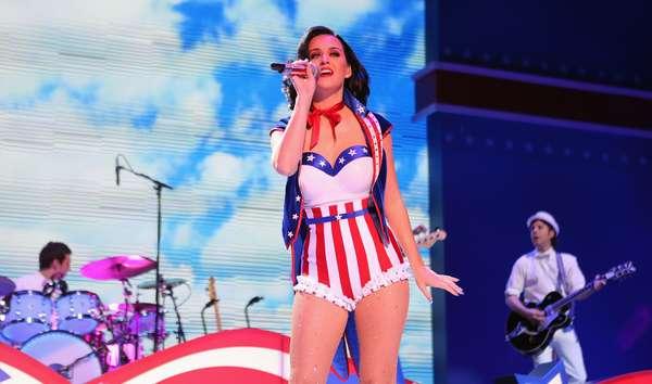 """Katy Perry lució más sexy y patriótica que nunca, en el marco de su participación en el concierto """"Inaugural Kids"""", el cual fue celebrado para la toma de mandato del presidente Barack Obama, el 19 de enero en Washington, DC. La estrella, vistiendo un ajustado traje al estilo de la bandera de Estados Unidos, con un body pin-up cubriendo sus piernas, prendió a las cientos de familias de los militares que se congregaron en el Washington Convention Center para gozar con su show."""