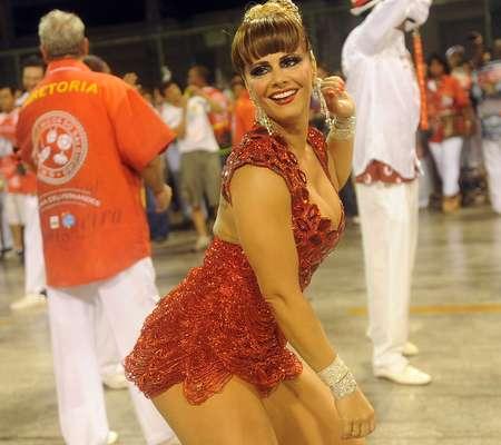 Viviane Araújo mostrou na noite deste domingo (20) porque se tornou uma referência entre as rainhas de bateria do Carnaval