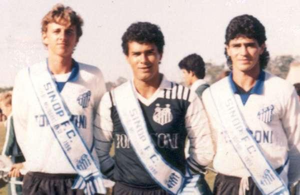 O começo no Sinop (1990)Ídolo são-paulino, Rogério Ceni completa 40 anos nesta terça-feira. E com apenas 17 anos, ele (à esq.) já era lançado na equipe profissional do Sinop, do Mato Grosso. Nessa época, o goleiro ainda dividia o esporte com o trabalho no Banco do Brasil. Pouco depois, no mesmo ano, foi contratado pelo São Paulo para ser o quarto goleiro