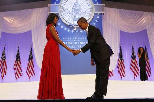 Obama faz uma reverência diante da mulher Michelle antes do início da dança