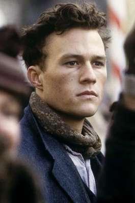 Heathcliff Andrew Ledger, mais conhecico como Heath Ledger, morreu há cinco anos, em 22 de janeiro de 2008, após uma overdose acidental de medicamentos. Ele nasceu em Perth, na zona oeste da Austrália, em 4 de abril de 1979 e foi considerado um dos melhores atores de sua geração. Siga a galeria e veja fotos da carreira do ator