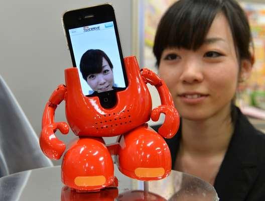 O robô japonês da fabricante Tomy é um brinquedo que toca as músicas no iPhone