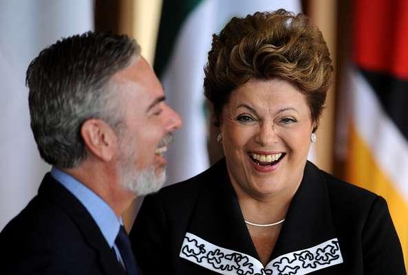 Presidente dá gargalhada enquanto conversa com o ministro das Relações Exteriores, Antonio Patriota
