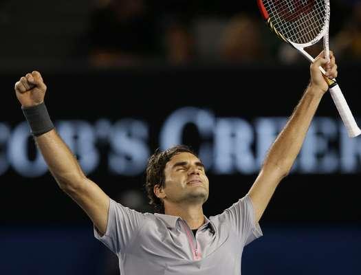Roger Federer ergue os braços para comemorar a vitória sobre Jo-Wilfried Tsonga, na manhã desta quarta-feira. O suíço bateu o francês por 3 sets a 2, com parciais de 7/6 (7-4), 4/6, 7/6 (7-4), 3/6 e 6/3, e avançou à semifinal do Aberto da Austrália pelo décimo ano seguido