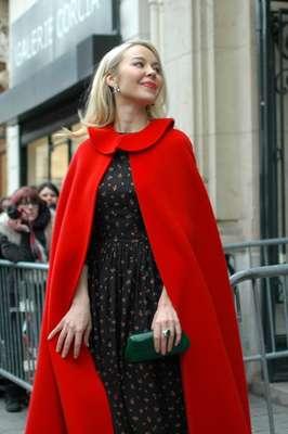 La diseñadora de modas Ulyana Sergeenko contrastó el vestido de flores sobrio con una larga capa roja.