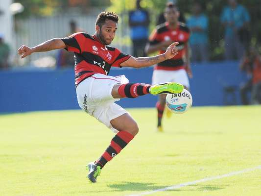 O meia Ibson marcou um golaço nesta quarta-feira no Estádio Conselheiro Galvão, mas não conseguiu dar a vitória ao Flamengo, que empatou com o Madureira por 1 a 1, pela segunda rodada da Taça Guanabara. Confira, na sequência de imagens, como foi a bela jogada no subúrcio carioca: