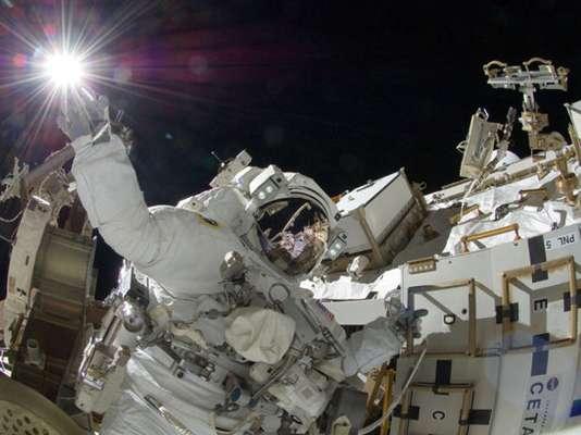 El astronauta de la NASA Sunita Williams parece tocar el Sol durante la tercera sesión de actividad extravehicular el 5 de septiembre de 2012.