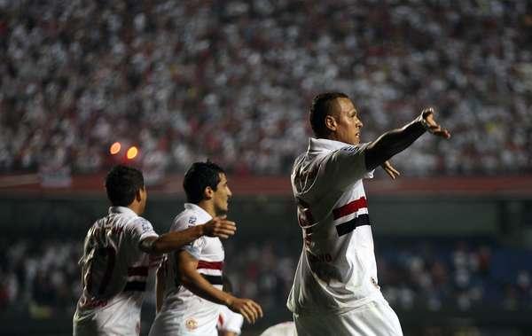 Sao Paulo abrió su participación en la Copa Libertadores con una goleada de 5-0 sobre el Bolívar. Aquí celebra Luis Fabiano uno de sus dos goles de la noche.