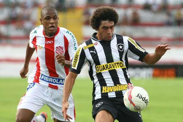 Nesta quinta-feira, em jogo no Estádio de Moça Bonita, o Botafogo empatou por 0 a 0 com o Bangu, permitindo que os líderes do Grupo A abram vantagem