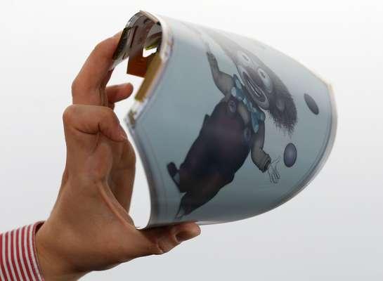 La primera pantalla de plástico flexible y resistente en el mundo es presentada en una demostración realizada por un ingeniero de la empresa Plastic Logic.