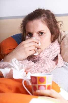 Jugo de naranja, vitamina C y jabón antibacteriano son algunas de las armas que pensamos ser infalibles contra la gripe. Sin embargo, esos viejos trucos pueden ser ineficaces si no se toman otros cuidados. El periódico The Huffington Post, con la ayuda de un experto, publicó ocho errores que las personas cometen al intentar combatir la gripe.