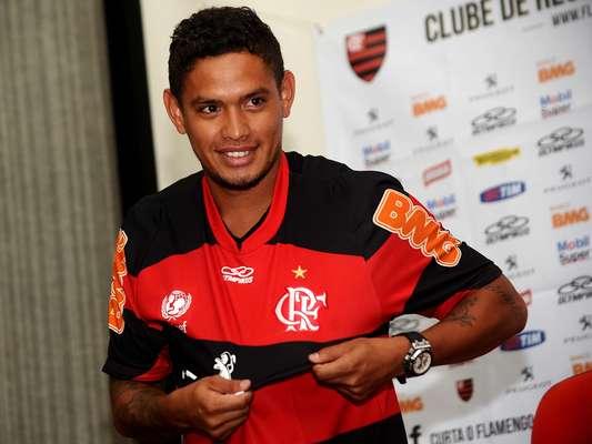 O Flamengo apresentou na tarde desta sexta-feira o seu principal reforço para este início de temporada, o meia-atacante Carlos Eduardo
