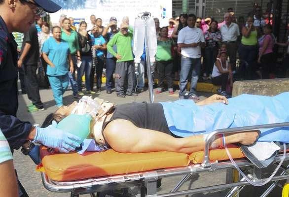 """Al menos 54 personas murieron y otras 80 resultaron heridas en un motín registrado en la cárcel venezolana de Uribana, en el oeste del país, tras una inspección hecha este viernes por las autoridades, dijo a Efe el director del Hospital Central de Barquisimeto, Ruy Medina, encargado de atender la emergencia. """"La información que tenemos es que hubo 54 fallecidos"""", señaló el doctor al apuntar que 12 de ellos murieron en el hospital."""