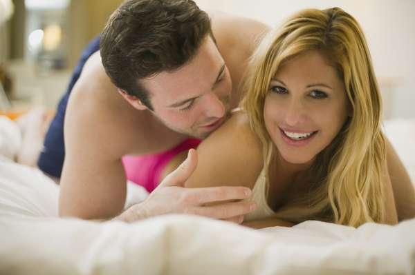 """O que são preliminares? As preliminares não são algo específico e, sim, uma combinação de inúmeras atitudes, que vão de um simples em sua parceira até o sexo oral. Abraçar, tocar, beijar e despir são algumas das """"etapas"""" das preliminares e que deveriam ser usadas com mais frequência"""