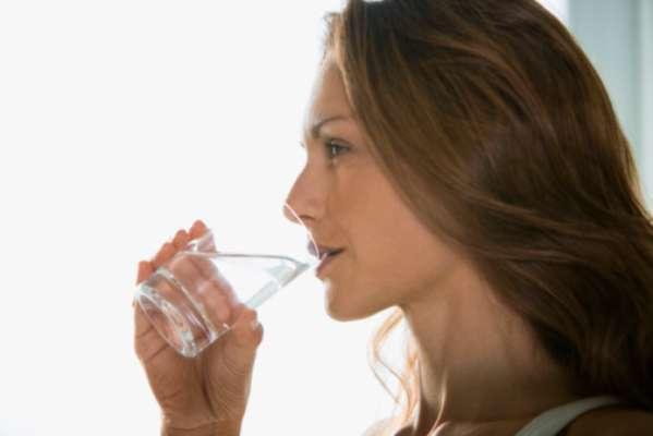O Huffington Post listou dicas para acabar com os problemas de sono; veja a a seguir. Água: é importante se manter hidratado o dia inteiro, mas beber muito líquido antes de dormir pode perturbar seu sono. Levantar no meio da noite para ir ao banheiro interrompe o ciclo noturno, por isso, deixe para se hidratar ao acordar