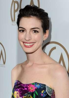 Anne Hathaway fue de las famosas más asediadas de la noche. Como siempre, la actriz posó para los fotógrafos sin ningún problema