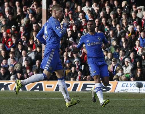 Muito criticado no Chelsea, Fernando Torres salvou a equipe londrina de vexame ao marcar gol de empate contra o Brentford, no fim da partida