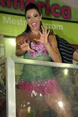 """Gracyanne Barbosa mostrou samba no pé durante ensaio na quadra da Mangueira, na noite do último sábado (26). A mulher do cantor Belo foi eleita """"a mais bela rainha de todos os tempos"""" e foi homenageada por fãs"""