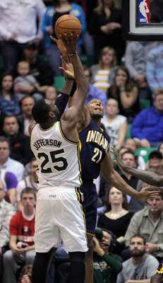 Al Jefferson (25) del Jazz de Utah disparo al arco con la férrea marca de David West (21)