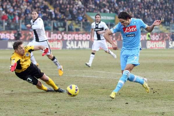 Após a Juventus empatar por 1 a 1 com o Genoa neste último sábado, o Napoli entrou em campo diante do Parma, neste domingo, no Estádio Ennio Tardini, sabendo que poderia diminuir sua desvantagem em relação à líder do Campeonato Italiano. Em busca do título, o time comandado pelo treinador Walter Mazzarri aproveitou a oportunidade e triunfou por 2 a 1 diante do adversário. Aos 40min do segundo tempo, Cavani (à dir.) marcou o gol da importante vitória do Napoli