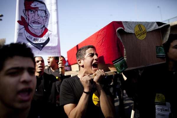 11 de janeiro de 2012: No Cairo, manifestantes saem às ruas para lembrar um ano da queda do presidente Hosni Mubarak, que ficou no poder por 30 anos