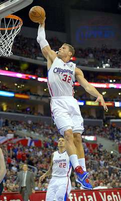 Trail Blazers vs. Clippers: Blake Griffin clava el balón en la canasta ante la mirada de su compañero Matt Barnes.