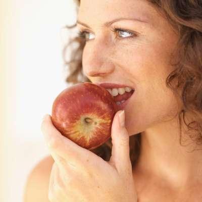 SuperalimentosOs chamados superalimentos têm milhares de vitaminas, minerais e nutrientes que combatem doenças. O site Health.com listou 17 deles, para que você possa reorganizar suas refeições com escolhas alimentares mais inteligentes. Confira a seguir.Maçã - Por que ela é super: a maçã é uma fruta rica em pectina, uma fibra solúvel que ajuda no combate à pressão alta, reduz o colesterol e diminui o risco de câncer de mama e do cólon. Também é associada à diminuição da gravidade dos diabetes. Dica: tente acrescentar algumas fatias de maçã ao seu sanduíche preferido, ou misture entre as verduras, com nozes tostados e uma deliciosa salada. Como existem muitos tipos de maçã, você nunca vai enjoar e pode usar variações na sua dieta