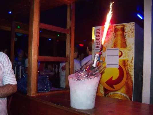 Frequentadores que comemoravam aniversário na casa noturna ganhavam uma garrafa de espumante com um sinalizador