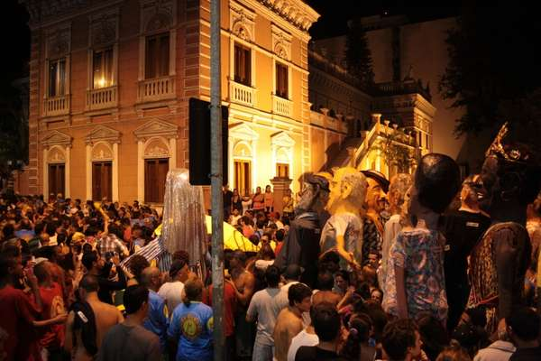 Bonecos gigantes, como os de Olinda, são uma das atrações dos blocos de Floripa